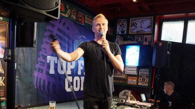 Janne Grönroos för samman finlandssvenska komiker i ny standupklubb