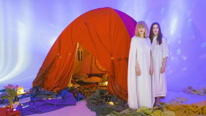 Frågor, svar och intuition doftar kardemumma när Blaue Frau bjuder in dig i Tältet