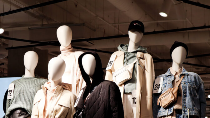 Dödliga växtgift, kemikalier och barnarbete – konsekvenserna av fast fashion