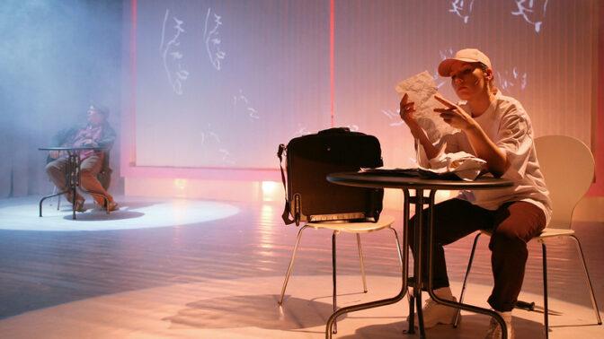 Samhällssatir och utanförskap i Fabian Siléns pjäs Det svarta fåret