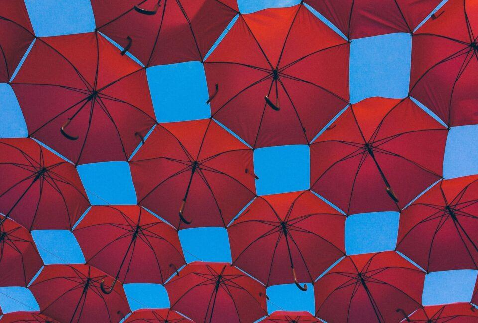 Röda paraplyer. Bild: Unsplash.