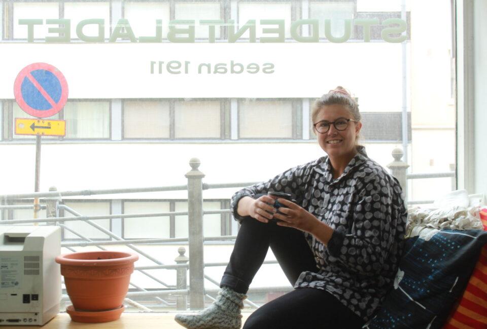 Sandra Broborn dricker kaffe på redaktionens fönsterbräde.